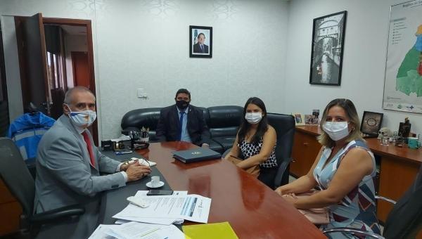 Secretária de Saúde Simone Vieira se reúne em Palmas , com o Secretário Estadual de Saúde Dr. Edgar Tollini, para fazer parceria no enfrentamento da COVID 19.